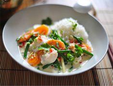 Asiatische Küche: Rezept für thailändisches Fischcurry mit Kokosmilch, Zitronengras, Ingwer und Peperoni.