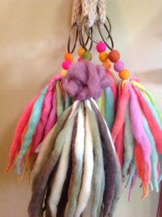 Borlas para decorar los puertas y ventanas. Dan color y buena onda a los espacios . Diy Craft Projects, Sewing Projects, Diy Crafts, Ribbon Yarn, Diy Keychain, Textile Jewelry, Craft Corner, Fabric Dolls, Fiber Art
