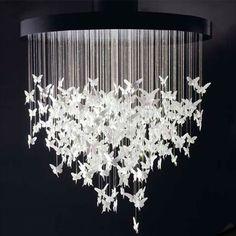 Esta lámpara de techo está en el dormitorio más grande.Es moderna y tiene la forma de las mariposas .!Me gusta mucho!