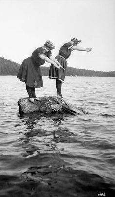 bathing beauties swimmers a century ago in Muskoka - photo by Frank Micklethwaite Vintage Pictures, Old Pictures, Vintage Images, Old Photos, Bathing Costumes, Photo Vintage, Bathing Beauties, Vintage Photographs, Historical Photos