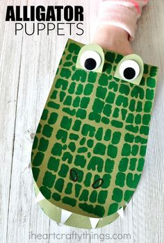 *Change shape to letter A?* Kids will love creating and playing with these DIY alligator puppets. Fun kids craft, book inspired crafts and animal crafts for kids. Arts And Crafts For Adults, Arts And Crafts House, Easy Arts And Crafts, Fun Crafts For Kids, Toddler Crafts, Preschool Crafts, Zoo Crafts, Safari Crafts Kids, Safari Animal Crafts
