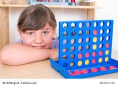 """Vier gewinnt: wer hat nicht gerne in der Schule heimlich """"Schiffe versenken"""" oder """"Vier gewinnt"""" auf dem Karopapier des Matheheftes gespielt?"""