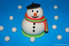 Use this cake decorating tutorial to learn how to make fondant snowman topper and fondant penguin topper for cakes. Great for Winter cakes. Cake Topper Tutorial, Fondant Tutorial, Cake Toppers, Christmas Sweets, Christmas Games, Cupcake Cakes, Cupcakes, Cupcake Ideas, Christmas Cake Topper