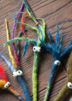 It& great when you can felt cords. Überhaupt nicht schwer, aber sücht… It& great when you can felt cords. Not difficult at all, but addictive. We are in bookworm fever and could have days … - Diy Crafts To Do, Felt Crafts, Fabric Crafts, Crafts For Kids, Nuno Felting, Needle Felting, Felt Monster, Textiles, Twist Outs