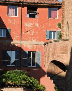 Da fare a Bologna: rendersi conto di quanto può essere rossa al punto che serve desaturare l'immagine per evitare disturbi.  Piazza Santo Stefano Bologna.