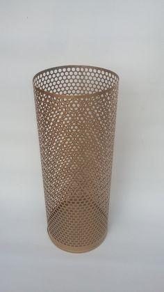 Porta-guarda-chuva/sombrinha, ou porta-tudo, múltipla utilidade, na cor dourada fosca, <br>Cesto-conceito, produzido a partir de reutilização de filtro de ar de veículos de motores a diesel, rejeitados pela indústria. Produto focado na sustentabilidade, pois uma vez rejeitado , invariavelmente é incinerado, poluindo o meio ambiente. <br>Aceito encomendas de cestos de lixo (mais largos e provenientes do mesmo resíduo industrial) para corporações, escolas e empresas em geral, pintadas e…