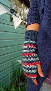 Crochet Patterns Arm Crochet arm warmers - just like the ones I made a couple of years back but strip. Crochet Wrist Warmers, Crochet Gloves, Crochet Scarves, Diy Crochet, Crochet Crafts, Crochet Granny, Crochet Ideas, Fingerless Mitts, Crochet Accessories