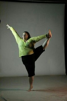 http://wwwyogafitnessblog.blogspot.com/ Big asana yogini. Real bodies. Body positive yoga for all sizes. Perfect plus size pose.