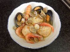 Merluza con almejas y gambas en olla AMC Hummus, Shrimp, Meat, Chicken, Breakfast, Ethnic Recipes, Food, One Pot Dinners, Seafood