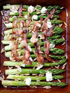 Grüner Ofenspargel mit Ziegenfrischkäse und Speck