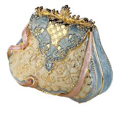 This beautiful little purse looks similar to a Limoge box, but I'm not sure that's what it is because the website is in a foreign language.