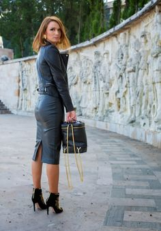 – Casual WearWhen it comes to simplicity and comfort, we look for fabrics that let our skin breathe. Black Leather Skirts, Leather Dresses, Sexy Rock, Hobble Skirt, Leder Outfits, Leather Fashion, Lady, Leather Jacket, Womens Fashion