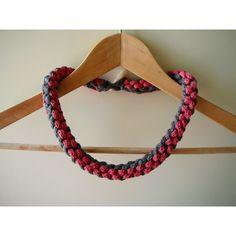 Gebreide rozegrijze ketting van met draad en raad