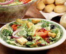 Copycat Olive Garden Italian Salad Dressing ---To go with my Pasta E Fagioli recipe! Olive Garden Salad, Olive Garden Recipes, Olive Salad, Think Food, I Love Food, Salad Dressing Recipes, Salad Recipes, Salad Dressings, Restaurant Recipes