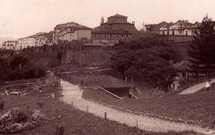 Vista del Portal Nuevo y la iglesia y convento de los Padres Descalzos tomada desde la cercanía de los jardines. 1932.