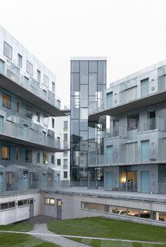 어릴적 꿈꿔왔던 인형하우스(건축가가 어렸을때부터 꿈꿔왔던)가 스톡홀롬 외곽에 위치한 공업지대에 44세대를(2개의 동으로 구성) 위한 공동주거 프로젝트로 탄생한다. 재료 물성에 대한 순수함 그리고 단순함을 투영하는 건축환경을 디자인 원칙으로 우드, 콘크리트, 스틸와 같은 재료는 왜곡되지 않고 비틀어 지지 않으며, 있는 그대로 사용된다. 이는 공동주거의 외형을 정의하는 수단으로 몇장의 시퀀스 속에서 적나라하게..