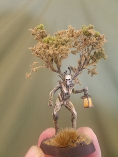 A Lignum Mortis is the mistress of a haunted forest. She leads travellers astray with her lantern. Once lost within her woods, they are n… Warhammer Paint, Warhammer Models, Warhammer Fantasy, Beast Creature, 3d Figures, Warhammer 40k Miniatures, Fantasy Miniatures, Mini Paintings, Tabletop