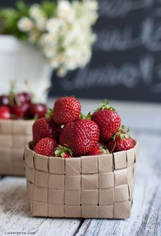 Tejer algunas canastas de frutas a partir de bolsas de papel.
