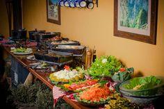 Você salvou em Gastronomia A gastronomia vai desde o tradicional churrasco no fogo de chão, passando pelas panelas de ferro das cozinheiras locais até ganharem temperos inusitados do nosso chef. #paradorcasadamontanha #ecovillage #cambaradosul #gastronomia #fotocomida #experiencias