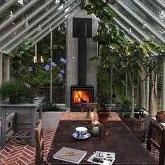 När man måste fortsätta arbeta när man kommit hem är det inte så dumt att ha ett trädgårdskontor med kamin och fikonträd💚 @eldoform…