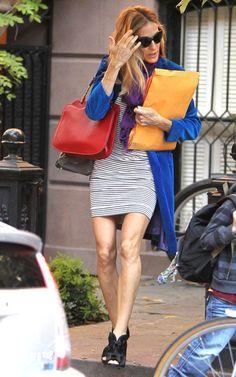 A Sarah Jessica Parker saiu ontem com vestido listrado, casaco azul, cachecol roxo, bolsa vermelha e sandálias pretas. Não mudaria nada na produção dela!!! Foto: Reprodução