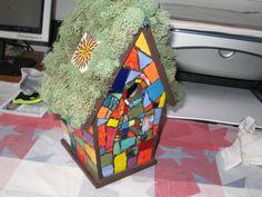 Tuiles de mosaïque à la main sur le nichoir en bois. A toit de fausse mousse avec tuiles mexicaines centrées sur chaque côté du toit. Il a aussi une perle de verre de murano qui détient un hibou en céramique de broche chapeau qui est amovible sur le perchoir.