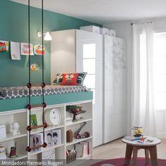 In diesem Zimmer strahlt alles: Die türkisfarbenen Wände, die weißen Möbel, der helle Dielenboden, der Teppich in kräftigem Pink und das Kind, das von  …