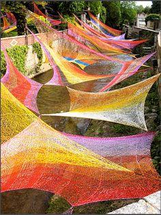 Murmure Visible: Edith Meusnier, Or front patio sunscreen Art Au Crochet, Knit Art, Yarn Bombing, Land Art, Guerilla Knitting, Tricot D'art, Art Environnemental, Art Fil, Art Public