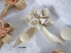 Delizioso portacandela in porcellana bianca lucida a forma di fiocco, decorato da superbe Calle in fine porcellana di Capodimonte.