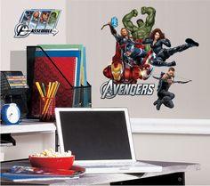 O adesivo de parede dos Vingadores tem os personagens favoritos dos quadrinhos e do cinema para decorar o quarto. Estão lá o Capitão América, Homem de Ferro, Gavião Arqueiro, Thor, Hulk e a Viúva Negra, prontos para a batalha. Avante Vingadores!