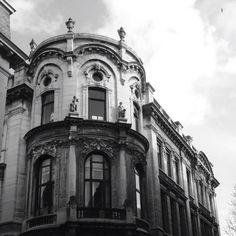 Het kantoorgebouw van de N.V. Bunge aan de Arenbergstraat, Sint-Maartenstraat en Graanmarkt. eclectische neobarokstijl, opgetrokken in 1908-1910 onder leiding van architect Em. Vereecken.  In 1972-73 werd de bekronende koepel verwijderd.