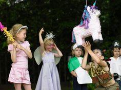Wer erhascht das magische EInhorn zuerst? Spaß mit der Einhorn Pinata auf dem Kindergeburtstag. • Foto: Bildnachweis: Image Source / gettyimages.de
