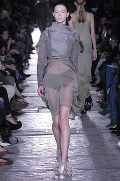 Rick Owens Spring 2007 Ready-to-Wear Fashion Show Collection: See the complete Rick Owens Spring 2007 Ready-to-Wear collection. Look 16 Fashion Show Collection, Rick Owens, Peplum Dress, Ready To Wear, Ballet Skirt, Vogue, Spring Summer, Skirts, Model