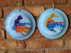 Mooiste vis van de zee; thema in en om het water. Een handafdruk vam div. kleuren. Gestempeld op blauw geverfd kartonnen bordje. Twee per kind zodat het mooi rond kan draaien en je aan twee kanten de vis ziet.