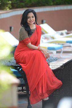 Tollywood Singer Sunitha in Red Saree Simple Sarees, Trendy Sarees, Stylish Sarees, Fancy Sarees, Red Saree, Saree Look, Saree Dress, Orange Saree, Sari Blouse