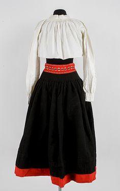 KVINNLIG FOLKDRÄKT FRÅN DELSBO, 10 delar, delvis från 1800-talet.