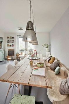 50 Bright living room furniture ideas- 50 Helle Wohnzimmereinrichtung Ideen modern living room design stylish tips wood dining table - Table With Bench Seat, Kitchen Table Bench, Wood Table, Plank Table, Wall Bench, Corner Bench, Kitchen Seating, Kitchen Nook, Kitchen Ideas