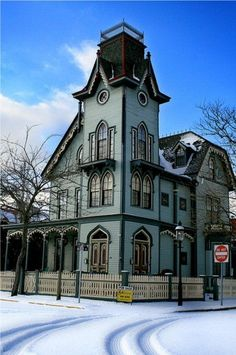 ideas for house victorian widows walk Victorian Architecture, Beautiful Architecture, Beautiful Buildings, Beautiful Homes, Classical Architecture, Victorian Style Homes, Victorian Gothic, Victorian Interiors, Abandoned Houses