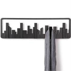 De Umbra Wandkapstok Skyline is dichtgeklapt een waar kunstwerkje aan de wand. Je zou bijna niet zeggen dat het een kapstok was! Door een gebouw uit te klappen ontstaat er een handige kapstokhaak! Een handig ontwerp van Umbra!