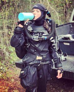 Diving Suit, Scuba Diving, Diving Wetsuits, Scuba Gear, Heavy Rubber, Female Pictures, Female Soldier, Rain Wear, Kimono Fashion