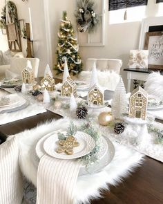 Best Christmas Table Decor ideas for Christmas 2019 where traditions meets grandeur - Hike n Dip Make your Christmas special with the best Christmas Table decoration ideas. These Christmas tablescapes are bound to make your Christmas dinner special. Silver Christmas Decorations, Christmas Table Centerpieces, Christmas Table Settings, Christmas Tablescapes, Christmas Dinner Party Decorations, Christmas Table Set Up, Holiday Tables, Christmas Arrangements, Christmas Dining Rooms