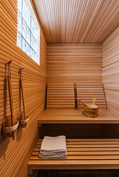 People have been enjoying the benefits of saunas for centuries. Spending just a short while relaxing in a sauna can help you destress, invigorate your skin Diy Sauna, Sauna Ideas, Sauna Steam Room, Sauna Room, Basement Sauna, Modern Saunas, Sauna Hammam, Sauna Seca, Sauna Design