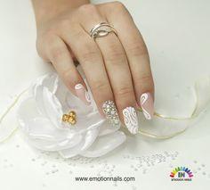 Il #natale si veste di bianco con questa #nailart . Luminosa ed elegante adatta per le feste e facile da realizzare.