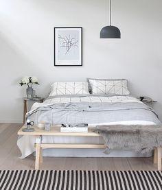 北欧インテリア特有のグレー調にまとめられたベッドルームは、手前に敷かれたストライプのカーペットがスパイスになっています。