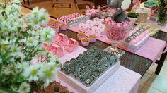 Mesa de doces, cinza e rosa