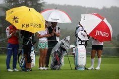 大会初日は、時折強い雨が降るコンディションに|日本女子オープンゴルフ選手権競技 1日目 <Photo:Chung Sung-Jun/Getty Images>