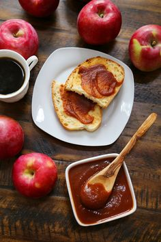 zucchini pizzas Slow Cooker Apple Butter Slow Cooker Apple Butter - Smooth, velvety spread made with fresh apples warm spices! Oven Roasted Chicken, Bbq Chicken, Baked Chicken, Artisan Bread Recipes, Slow Cooker Apples, Queso Cheese, Crispy Onions, Baked Ham, Crescent Rolls