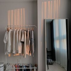 Cómo tener un cuarto aesthetic – Gold Girl's Diary Room Ideas Bedroom, Bedroom Decor, Korean Bedroom Ideas, Bedroom Inspo, Minimalist Room, Aesthetic Room Decor, Fashion Room, Boho Fashion, Dream Rooms