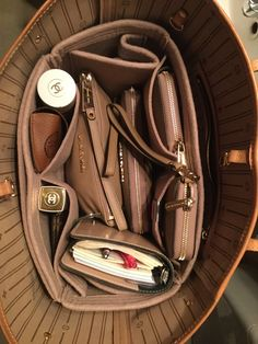 Regular style felt handbag organizer for LV's Neverfull MM tote bag. The color is sandstone. This is a customer photo from Sweden. Regular felt purse organizer to fit in Louis Vuitton Neverfull GM, Neverfull MM and Neverfull PM