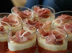 Verrines italiennes au Parmesan - Faire revenir l'ail avec l'huile d'olive, ajouter les tomates cerise avec le poivron préalablement pelé. Salez et poivrez. Faire chauffer jusqu'à l'obtention d'une compotée. Verser dans les verrines. Faire chauffer la crème fraîche avec le parmesan jusqu'à un mélange lisse. Verser la préparation au parmesan par-dessus. Mettre 2h au frigidaire. Avant de servir ajouter le jambon sur le dessus.